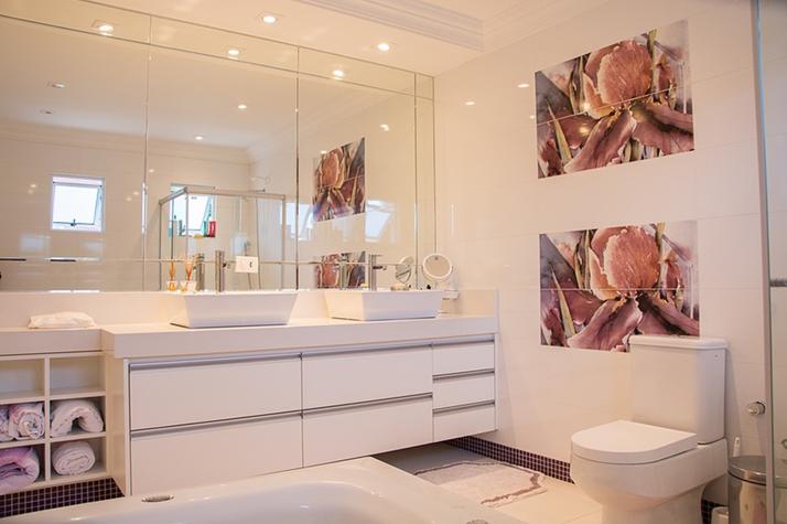 Áreas molhadas também podem receber drywall. O importante é utilizar chapas resistentes à umidade (verde) e impermeabilizar até 20 cm acima do rodapé antes de aplicar o revestimento.Credito: Pixabay