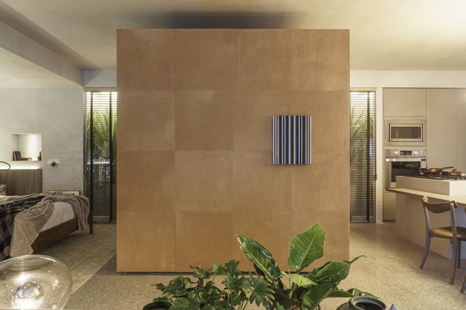 Destaque do projeto de Fernando Piva, o volume central em drywall abriga o banheiro do estúdio, com direito a box de vidro
