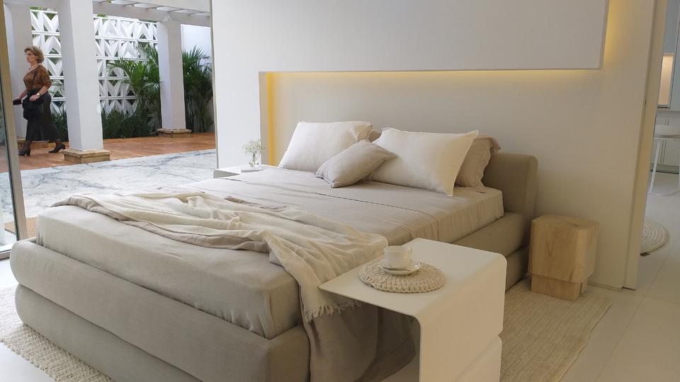 Recortes e iluminação embutida criam função dupla à parede de drywall no projeto de Marilia Pellegrini