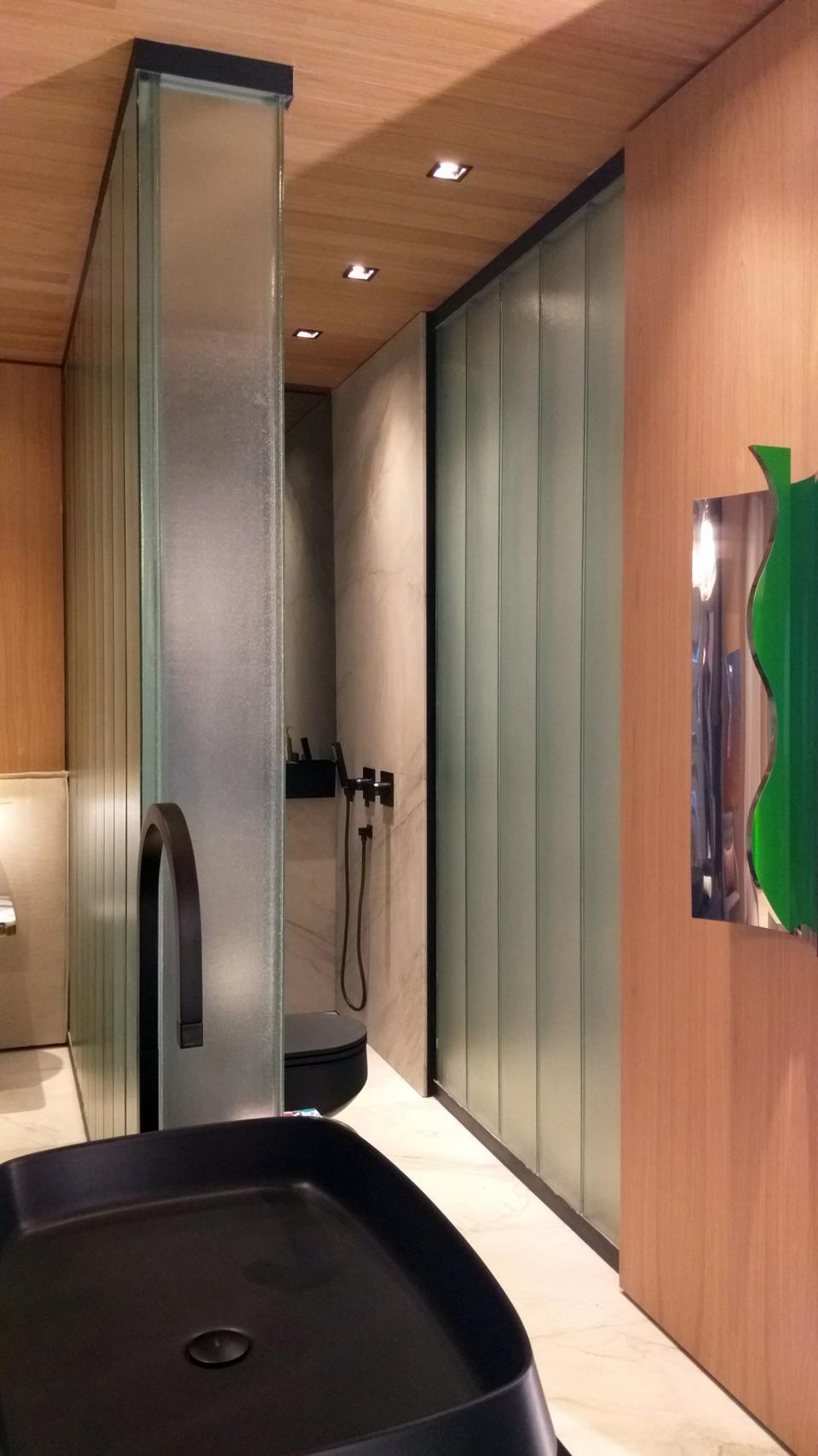 Recortes e combinação de diferentes materiais na estrutura drywall utilizada no projeto de Olegário de Sá.